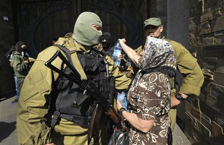 Ополченцы и мирные жители Донецка.
