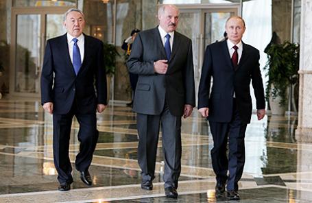 Президент Казахстана Нурсултан Назарбаев, президент Белоруссии Александр Лукашенко и президент России Владимир Путин (слева направо).