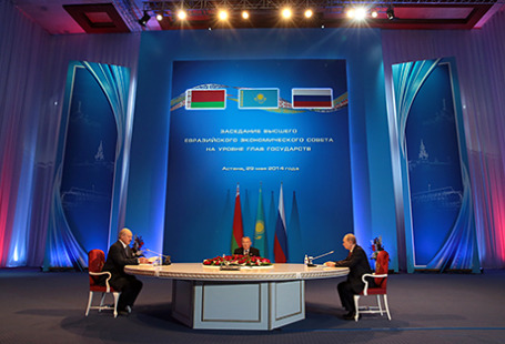 Президент Белоруссии Александр Лукашенко, президент Казахстана Нурсултан Назарбаев и президент России Владимир Путин (слева направо) во время заседания Высшего Евразийского экономического совета.