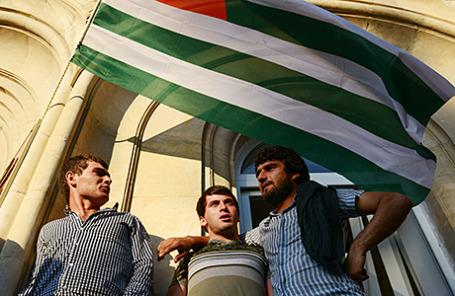 Сторонники оппозиции у здания парламента Абхазии, Сухуми, 29 мая 2014.