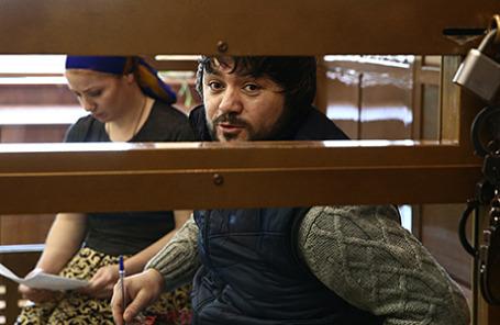Обвиняемые в избиении полицейского на Матвеевском рынке Халимат и Магомед Расуловы (слева направо) во время рассмотрения дела в Мосгорсуде.