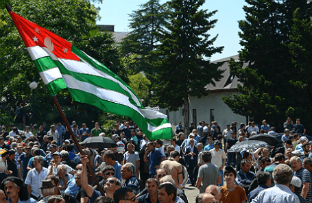 Сторонники оппозиции у здания парламента Абхазии, 29 мая 2014 года.