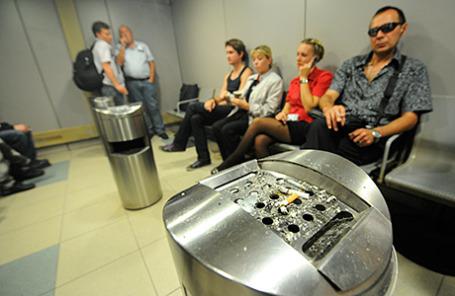 В курительной комнате аэропорта «Домодедово».