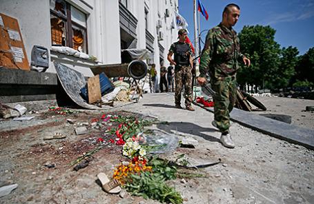 Ополченцы у здания областной администрации в Луганске, в котором накануне произошел взрыв. 3 июня 2014.