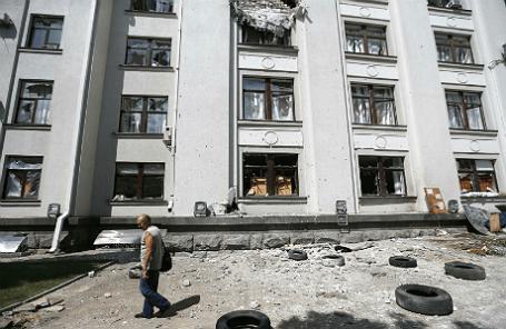Здание областной администрации Луганска, где ранее произошел взрыв.