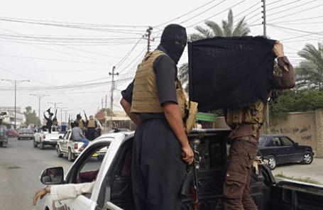 Бойцы ISIL на улице в городе Мосул, Ирак.