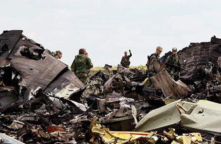 На месте катастрофы украинского армейского транспортного самолета ИЛ-76 в Луганске.