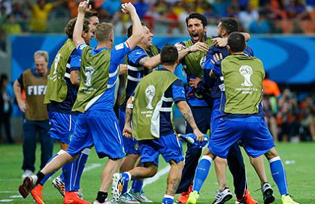 Игроки сборной Италии по футболу после победы над сборной Англии в матче Чемпионата мира.