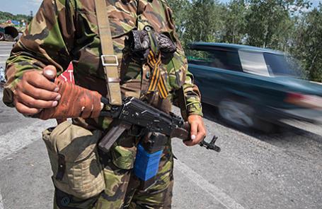 Ополченец на блокпосту недалеко от Луганска.