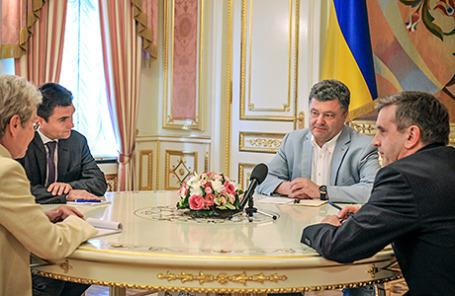 Президент Украины Петр Порошенко во время заседания трехсторонней контактной группы по реализации мирного плана на востоке Украины. Киев, 8 июня 2014.