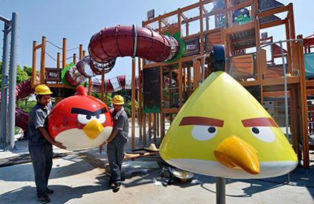 Рабочие устанавливают базы отдыха в тематическом парке Angry Birds в Хайнине, Китай.