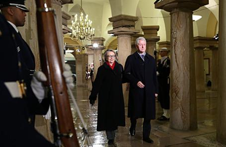 Бывший президент США Билл Клинтон и его жена бывший Госсекретарь США и бывший сенатор США от Нью-Йорка Хиллари Клинтон.
