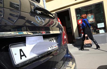 Автомобильный номер, на котором владелец закрыл цифры и буквы во избежании штрафа, на Тверском бульваре.