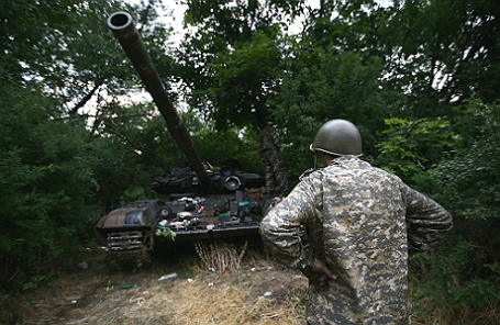 Танк Т-64, захваченный ополченцами во время боя за поселок Металлист.