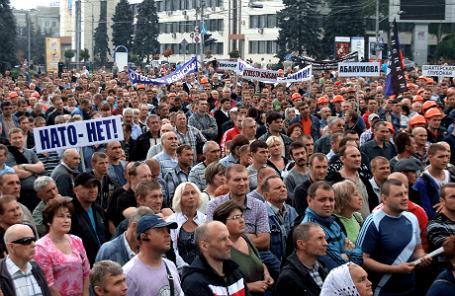 Во время митинга шахтеров и сторонников ДНР на площади Ленина в Донецке.