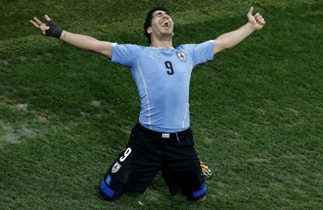 Нападающий команды Уругвая Луис Суарес во время игры с командой Англии.