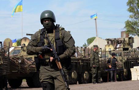Украинские войска в военном лагере недалеко от города Святогорск в Восточной Украине.