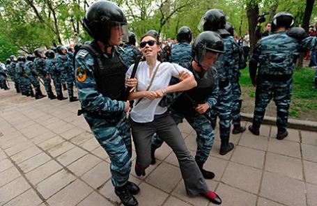 Задержание участника несанкционированной акции протеста на Тверском бульваре.