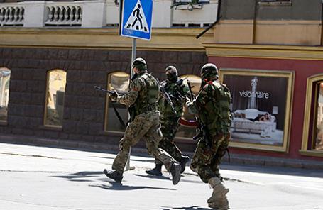 Народные ополченцы провозглашенной Донецкой народной республики во время подготовки к столкновению с правоохранительными органами Украины, Донецк, 1 июля.