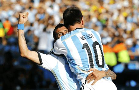 Футболисты сборной Аргентины Анхель ди Мария и Лионель Месси празднуют победу сборной Аргентины в матче со Швейцарией.