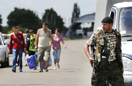 Беженцы из Донбасса, прибывающие в Россию, на КПП «Новошахтинск».