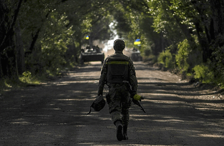 Украинский солдат недалеко от блокпоста Славянска.