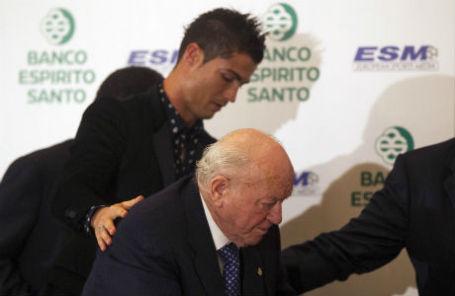 Криштиану Роналду (слева) и Альфредо ди Стефано (справа) на церемонии вручения премии European Golden Shoe