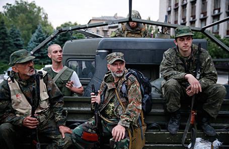 Народные ополченцы у здания Донецкой областной администрации.