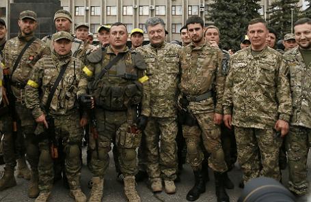 Президент Украины Петр Порошенко в окружении украинских военных в Славянске