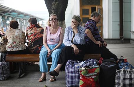 Пассажиры во время ожидания поезда на железнодорожном вокзале Донецка, Украина.
