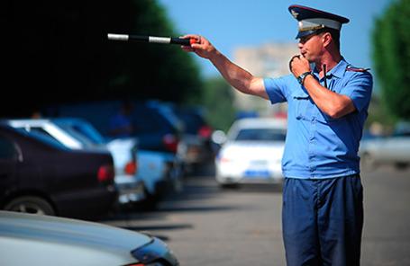 Сотрудник ДПС во время регулировки движения на одной из улиц города.