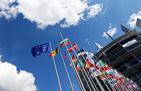 Флаги государств-членов Европейского Союза перед Европейским парламентом в Страсбурге.