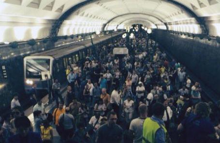 Пассажиры на станции метро «Славянский бульвар». На Арбатско-Покровской линии сошли с рельсов вагоны поезда.
