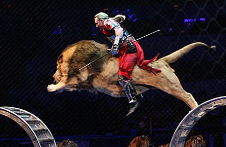 Дрессировщик Аскольд Запашный во время циркового шоу.