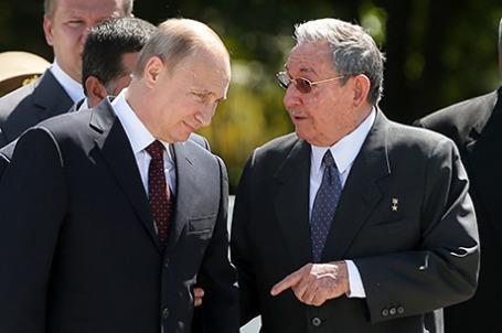 Президент России Владимир Путин и председатель Государственного совета и совета министров Республики Куба Рауль Кастро Рус.