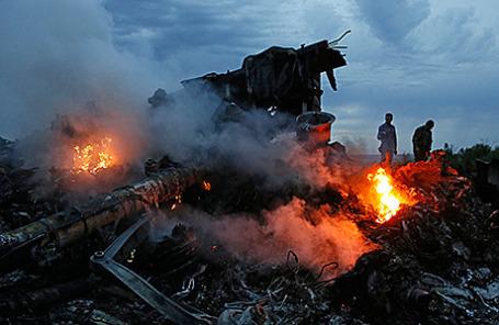 На месте падения самолета Boeing «Малайзийских авиалиний» возле Донецка.