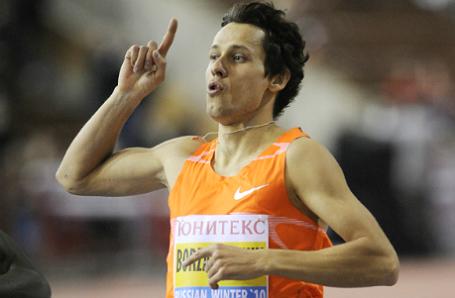 Спортсмен Юрий Борзаковский, победивший в забеге на 600 метров, на международных соревнованиях по легкой атлетике «Русская зима»