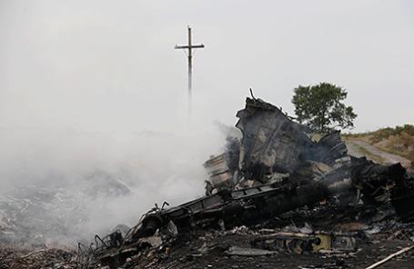 Обломки самолета Boeing 777 «Малайзийских авиалиний» в Донецкой области после крушения.