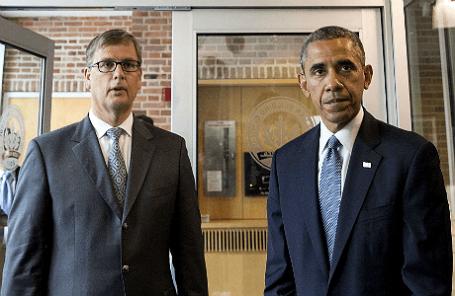 Президент США Барак Обама (справа) и нидерландский дипломат Петер Молема в посольстве Королевства Нидерландов в Вашингтоне.