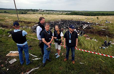Группа международных экспертов-криминалистов на месте падения пассажирского самолета «Малайзийских авиалиний» Boeing 777.