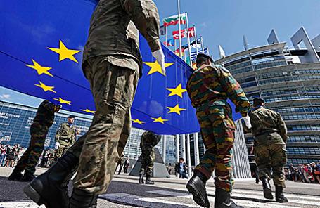 Солдаты Еврокорпуса у здания Европарламента в Страсбурге.