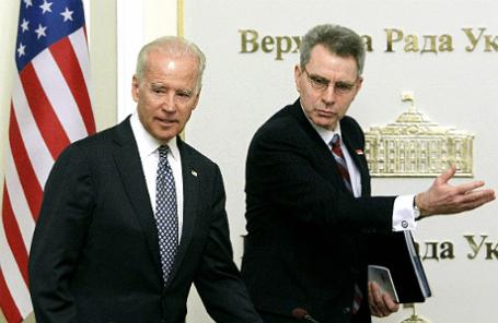 Вице-президент США Джо Байден и посол США на Украине Джеффри Пайет, апрель 2014 года.