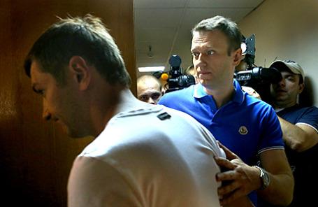 Оппозиционер Алексей Навальный и его брат Олег (справа налево) в Замоскворецком суде перед предварительными слушаниями по уголовному делу «Ив Роше».