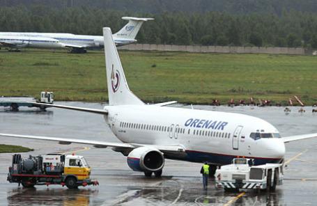 Самолет авиакомпании «Оренбургские авиалинии» в аэропорту Домодедово.