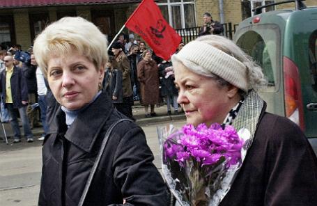 Мать Михаила Ходорковского Марина Ходорковская (справа) у Мещанского суда.