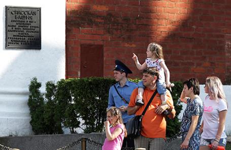 Посетители у прохода на Красную площадь рядом с воротами Спасской башни Московского Кремля.