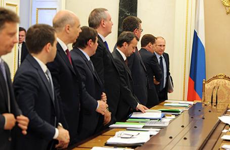 Президент России Владимир Путин и премьер-министр Дмитрий Медведев (справа налево) во время совещания с членами правительства России.