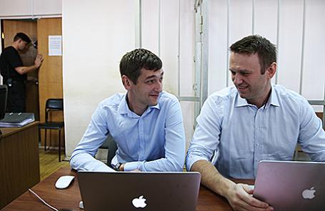 Оппозиционер Алексей Навальный и его брат Олег (справа налево), обвиняемые в хищении у косметической компании «Ив Роше» более 26 миллионов рублей, перед заседанием в Замоскворецком суде. Москва, 14 августа 2014.