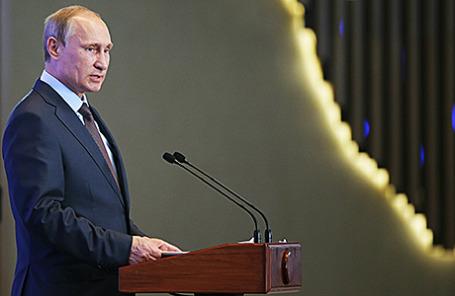 Президент России Владимир Путин во время выступления перед членами фракций политических партий Государственной думы РФ и федеральными министрами. Ялта, 14 августа 2014.