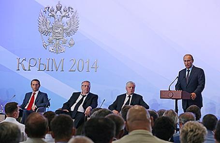Президент России Владимир Путин (справа) во время выступления перед членами фракций политических партий Государственной думы РФ и федеральными министрами. Ялта, 14 августа 2014.